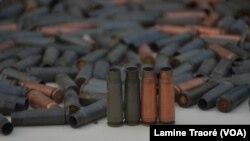 Des douilles de balles retrouvées par le MHDP à Ouagadougou, le 9 mars 2019. (VOA/Lamine Traoré)