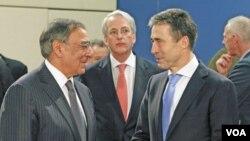 Menhan AS Leon Panetta (kiri) berbincang dengan Sekjen NATO Anders Fogh Rasmussen sebelum pertemuan Menhan NATO di Brussels, Belgia (2/2).