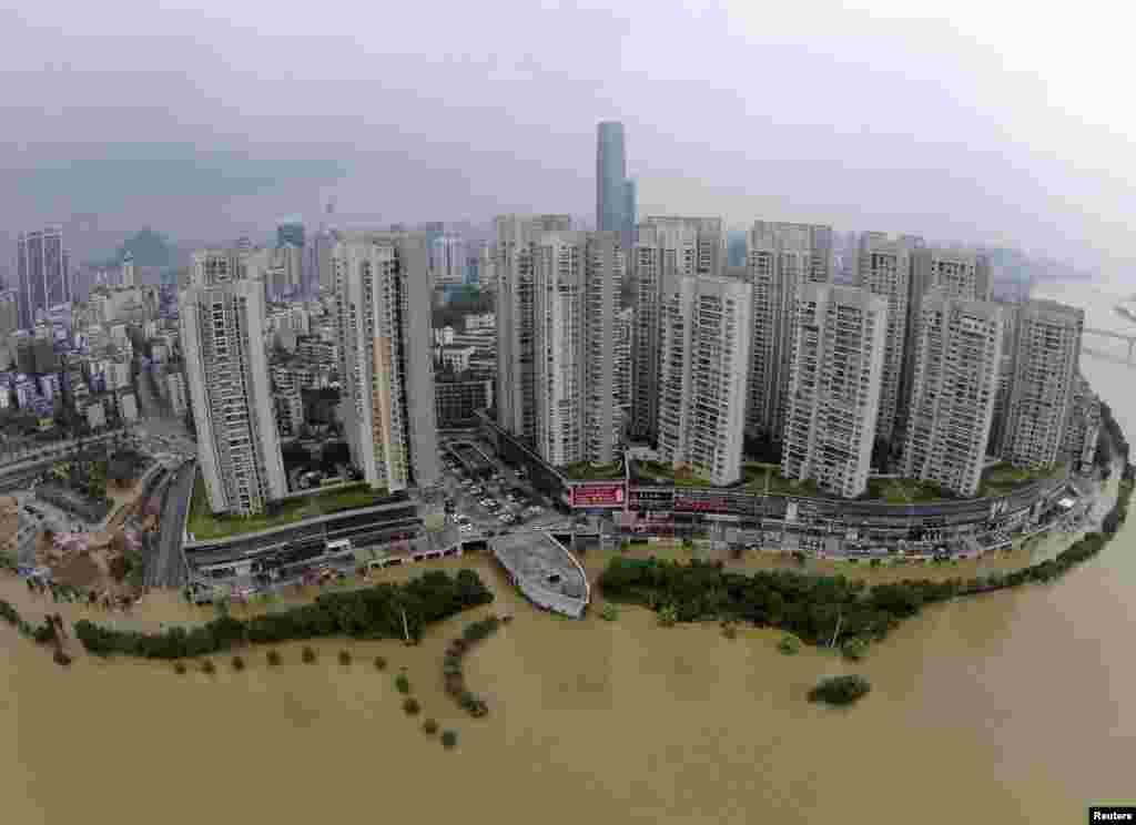 Pemandangan dari udara menunjukkan jalanan yang kebanjiran akibat sungai yang meluap setelah hujan deras melanda Liuzhou, kawasan Otonomi Guangxi Zhuang, China.