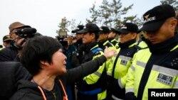 Thân nhân của hành khách mất tích trong vụ chìm phà biểu tình trước mặt cảnh sát đòi mở cuộc họp với Tổng thống Park Geun-hye và đẩy nhanh tiến độ cứu hộ, ngày 20/4/2014.