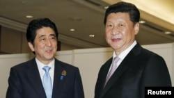 中国国家主席习近平与日本首相安倍晋三2015年4月22日在雅加达的亚非会议间隙举行会晤。