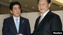 22일 인도네시아에 아시아아프리카 정상회의가 개막한 가운데, 아베 신조 일본 총리(왼쪽)와 시진핑 중국 국가주석이 별도의 만남을 가졌다.
