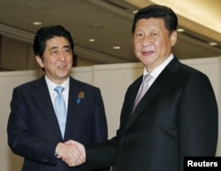中国国家主席习近平(右)与日本首相安倍在印尼雅加达会面(2015年4月22日)