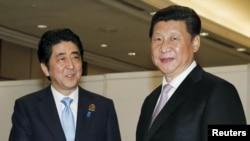 中国国家主席习近平(右)与日本首相安倍在雅加达亚非峰会期间举行会晤。(2015年4月22日)