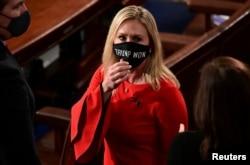 Kongre üyesi Marjorie Taylor Greene herhangi bir kanıta dayandırmadan başkanlık seçimlerinde usulsüzlük yapıldığını iddia etmeyi sürdürmüş, genel kurul salonunda üzerinde ''Trump kazandı'' yazılı bir maske takmıştı, 3 Ocak 2021.