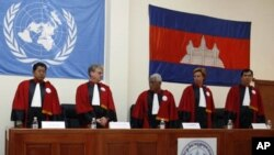 Cambodian and international judges stand during a swearing-in ceremony at a Cambodian court on the outskirts of Phnom Penh on June 13, 2007. Cambodian and international judges have agreed to the underlying rules for the special court to try former Khmer R