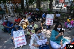 Para aktivis dari Federasi Pelajar India dan Asosiasi Perempuan Demokrat India memegang poster dalam demo memprotes dugaan perkosaan dan pembunuhan anak perempuan di New Delhi, Rabu, 4 Agustus 2021. (Foto: Prakash Singh/AFP)