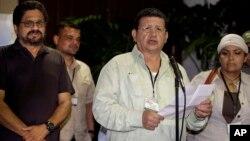 Pablo Catatumbo (centro) habla con la prensa junto a Victoria Sandino y Iván Márquez, en La Habana.