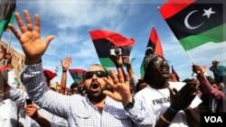 Warga Libya merayakan tewasnya Gaddafi di Lapangan Martir di Tripoli (20/10).