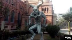 لاہور کے عجائب گھر کے باہر نصب متنازع مجسمہ