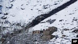 Batu-batu dari puncak gunung terlihat di dekat longsoran salju di distrik Khanj provinsi Panjshir, utara Kabul, Afghanistan (26/2).