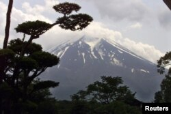جاپان کے قصبے اوشنو سے آتش فشان پہاڑ فیوجی کا ایک نظارہ