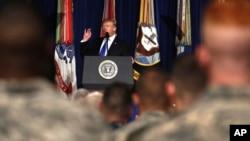 """""""Creo que he llamado a todas las familias de los soldados caídos"""", dijo Trump entrevistado por Brian Kilmeade, de Fox News Radio. """"En cuanto a mis predecesores, no lo sé. ¿Llamó Obama al general Kelly?""""."""
