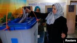 یک شهروند عراقی در حال رای دادن در بغداد - ۳۰ آوریل ۲۰۱۴