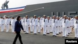 台灣總統蔡英文在高雄海軍基地主持兩艘海軍軍艦成軍典禮時檢閱海軍士兵。 (2018年11月8日)