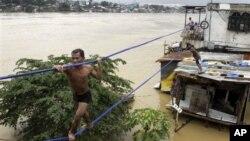 9일 필리핀 수도 마닐라에서 로프를 이용해 안전한 곳으로 대피하는 주민.