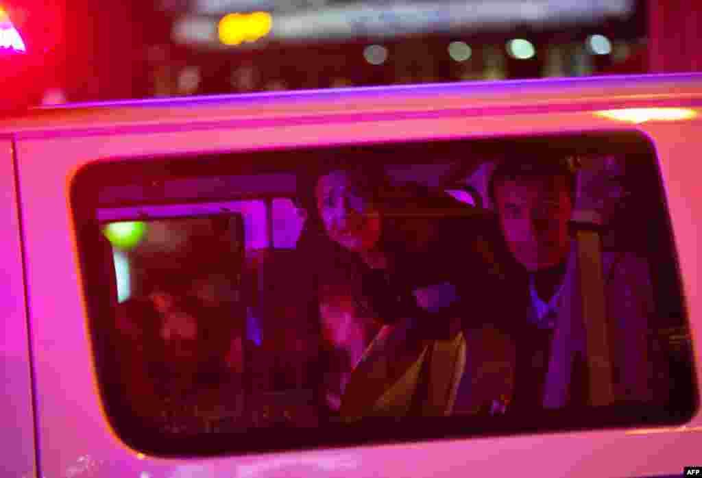15 tháng 11: Người biểu tình bị đưa lên xe cảnh sát sau khi cảnh sát ra lệnh cho người biểu tình phải rời công viên Zuccotti. (AP Photo/John Minchillo)