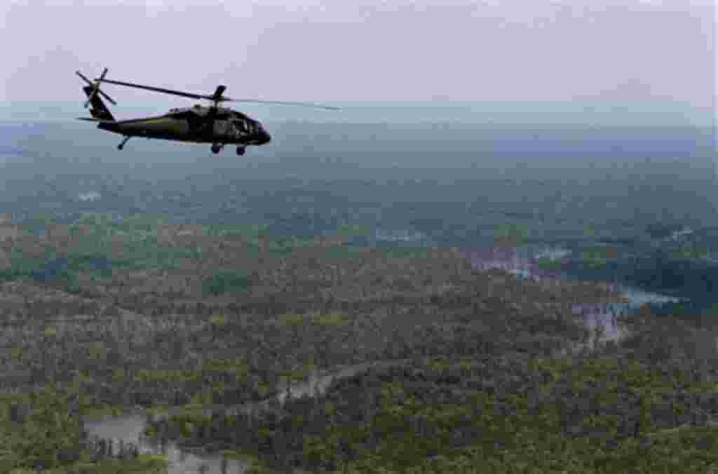 Un helicóptero que lleva a la gobernadora de Luisiana, Bobby Jindal, vuela por encima de la cuenca del Atchafalaya en Louisiana, durante una gira por las zonas que puedan verse afectados por las inundaciones si el norte Morganza Vertedero de Baton Rouge s