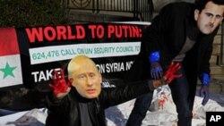 人权组织以成员戴阿萨德和普金面具在联合国总部外抗议