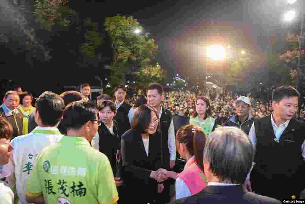 蔡英文在出席造勢活動後與民眾握手(Courtesy: 民主進步黨)