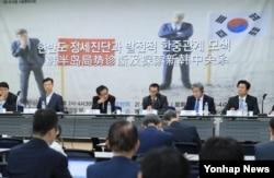 한국 서울글로벌센터에서 1일 열린 '제1회 한중 서울평화포럼'에서 덩위원 전 중앙당교 기관지 학습시보 부편집장(오른쪽 세번째)이 발언하고 있다.
