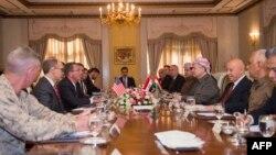 AQSh Mudofaa vaziri Eshton Karter Kurdiston rahbari Ma'sud Barzaniy bilan muzokarada, Irbil, 23-oktabrm 2016