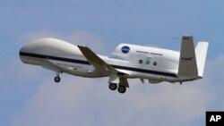 Un dron Global Hawk 872 despega de las instalaciones de la NASA en Wallops Island, Virginia.