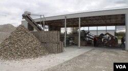 폐 굴 껍데기들이 건조 공정 시설에 산 처럼 쌓여있다.