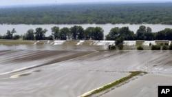 路易斯安那州的一处湖水和湖堤