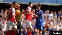 Premier League ပထမပဲြစဥ္အတြင္း Arsenal က Gabriel Paulista နဲ႔ Chelsea ရဲ႕ Oscar တို႔ ျပႆနာျဖစ္စဥ္။ (စက္တင္ဘာ ၁၉၊ ၂၀၁၅)
