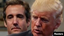 Michael Cohen, Luật sư của ông Trump, và ứng cử viên TT Donald Trump tại Ohio, ngày 21/9/2016. REUTERS/Jonathan Ernst/File Photo