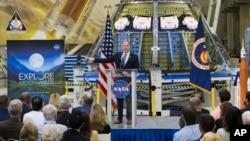 ARSIP – Administrator NASA, Jim Bridenstine, berbicara kepada para karyawan tentang kemajuan badan tersebut terkait misi astronot kembali ke bulan dan ke planet Mars dalam sebuah acara yang disiarkan televisi, Senin, 11 Maret 2019 (foto: Aubrey Gemignani/NASA via AP)