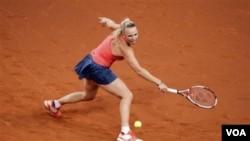 Caroline Wozniacki mengembalikan bola petenis Jerman Andrea Petkovic dalam babak perempat final Porsche Grand Prix di Stuttgart hari Kamis (21/4). Wozniacki menang 6-4, 6-1.
