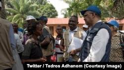 Tedros Adhanom, umuyobozi mukuru wa OMS, aganira n'abanyagihugu mu mihana y'i Itipo ahagaragaye Ebola, mu ntara ya Equateur, RDC, itariki 12/06/2018.