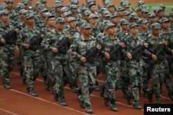 지난 2015년 중국 윈난성 쿤밍에서 학생들이 군사 훈련에 참가하고 있다.
