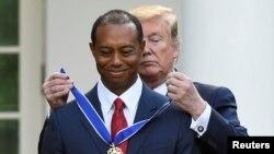 特朗普总统在白宫为伍兹戴上总统自由勋章。(2019年5月6日)