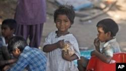 ເດັກທີ່ອຶດຫີວ ໃນຄຸ້ມຄົນທຸກແຫ່ງນຶ່ງ ຂອງເມືອງ Hyderabad, ປະເທດອິນເດຍ (13 ຕຸລາ 2010)