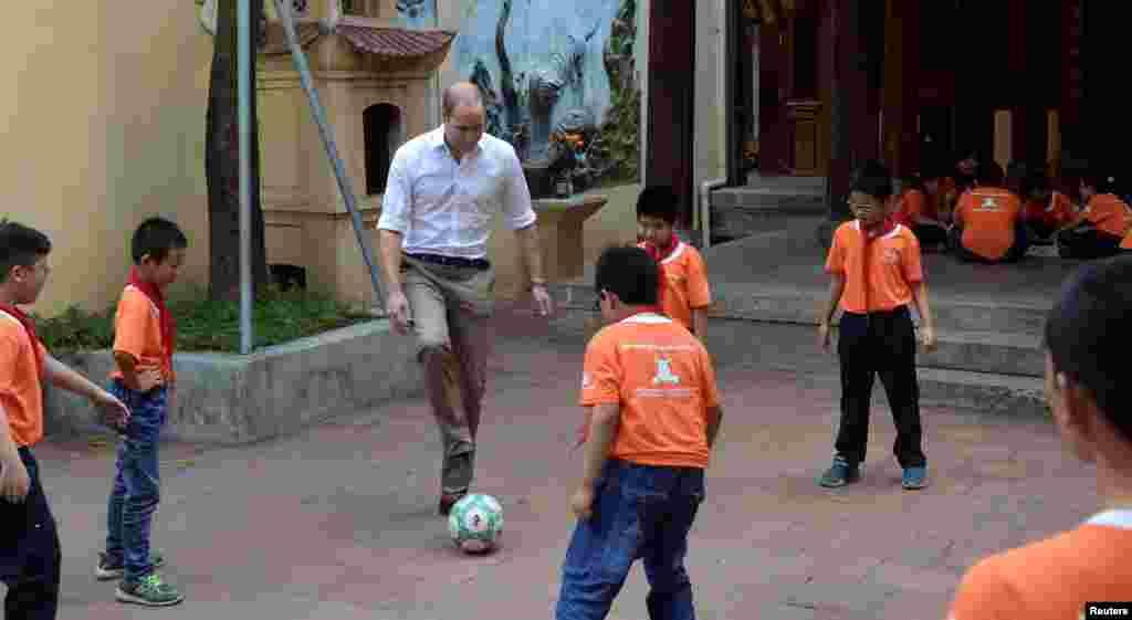 بازی فوتبالشاهزاده ویلیام با کودکان دبستانی در هانوی ویتنام.
