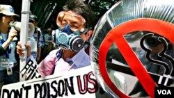 Seorang aktivis anti-rokok mengenakan masker pada sebuah pawai di Tokyo (foto: dok).