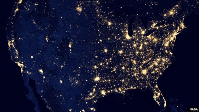 Una de las fotografías muestra a EE.UU. salpicado de luces mayormente en la costa este, la zona más habitada del país.