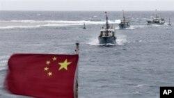 Ðoàn tàu đánh cá của Trung Quốc ngoài khơi đảo Hải Nam ở Biển Ðông.