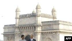 Барак и Мишель Обама у памятника жертвам теракта 26 ноября 2008 года (6 ноября 2010г)
