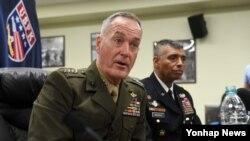 美国参谋长联席会议主席、海军陆战队上将邓福德在韩国的新闻发布会上(2017年8月14日)