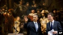 """Obama Amsterdam'da Hollanda Başbakanı Rutte ile Rembrandt'ın ünlü """"Gece Bekçisi"""" tablosu önünde ortak açıklama yaparken"""