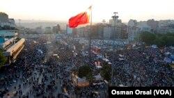 Warga meneriakkan slogan anti-pemerintah saat berkumpul di Lapangan Taksim di Istanbul (8/6).