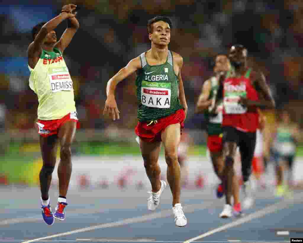 L'Alégrien Abdellatif Baka gagne la médaille d'or lors du 1 500 mètres homme à Rio de Janeiro, Brésil, le 11 septembre 2016.