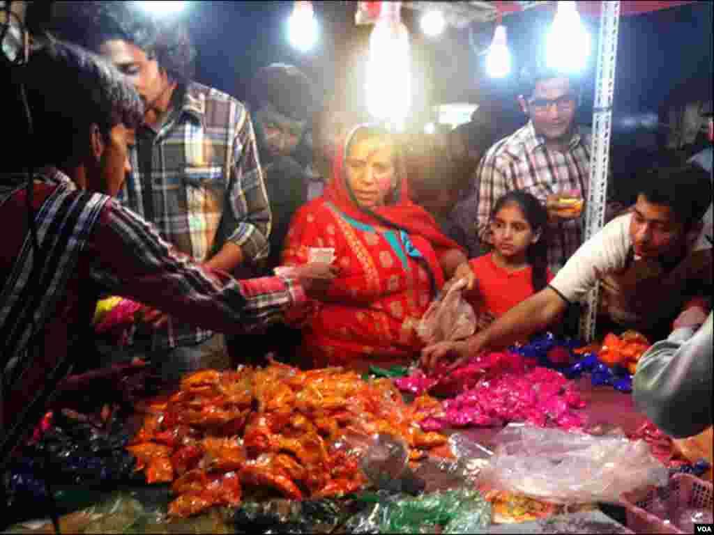 کراچی: ہولی کے تہوار پر رنگ فروخت کئے جارہے ہیں