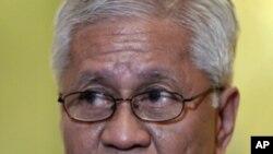 菲律賓外長羅薩里奧表示中國拒絕將其對南中國海有爭議領土的主權要求提交國際仲裁﹐顯示中國在這個問題上的虛弱。