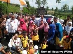 Menkeu Sri Mulyani menyapa anak-anak TK yang bermain tak jauh dari lokasi kunjungannya di Magelang Jawa Tengah.