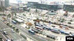 Ảnh chụp từ văn phòng BBC xuống phía trước Seoul Station. (Hình: Hùng Nguyễn)